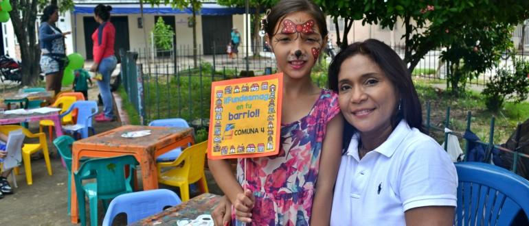 Directora de la fundación, Elsy Machacado conviviendo con los infantes de la comuna 4