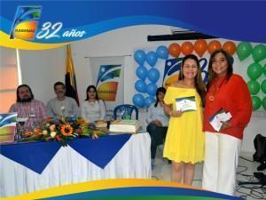 Mayra Galvan Contadora de Fundesmag recibiendo reconocimiento de la Directora Ejecutiva Dra-Elsy Machacado
