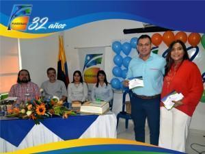 Coordinador de DSE Gerson Jahir Silva Cadena recibiendo reconocimiento por parte de la Directora Ejecutiva Dra.Elsy Isabel Machacado Sarmiento